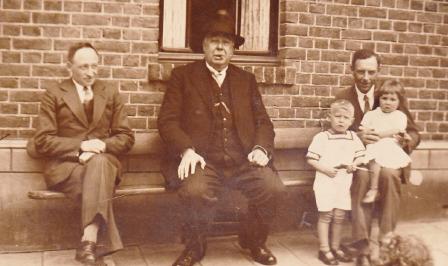 Mechelse mensen, die niet meer bij iedereen bekend zijn, worden geportretteerd b.v. in het midden burgemeester Pappers.